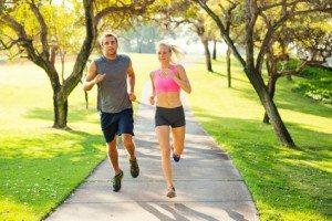par som løber intervaltræning