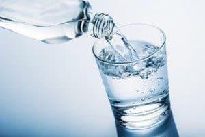 Et glas med vand i