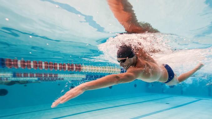 Svømmetræning i svømmehallen